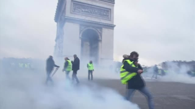 vídeos de stock, filmes e b-roll de yellow vest protests continue into ninth weekend france gilets jaunes protests in paris bourges and strasbourg france paris 8th arrondissement ext... - vest