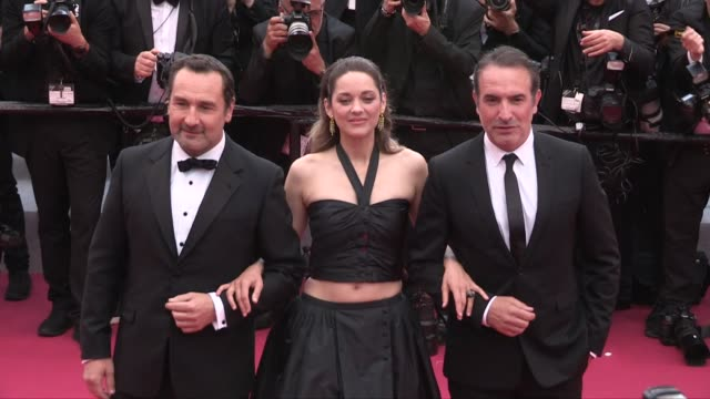 vídeos de stock, filmes e b-roll de gilles lellouche, marion cotillard, jean dujardin on the red carpet for the premiere of la belle epoque cannes, france on monday may 20, 2019 - jean dujardin