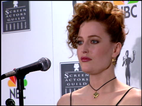 stockvideo's en b-roll-footage met gillian anderson at the 1996 screen actors guild sag awards at santa monica civic auditorium in santa monica california on february 25 1996 - screen actors guild awards
