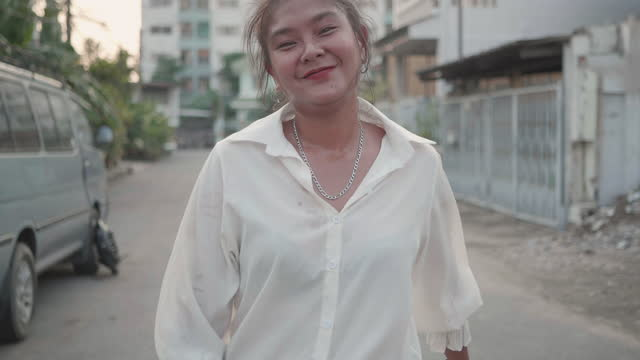 gimbal walking shot : happy asain woman holding skateboard smile and looking at camera. - alternative lifestyle stock videos & royalty-free footage