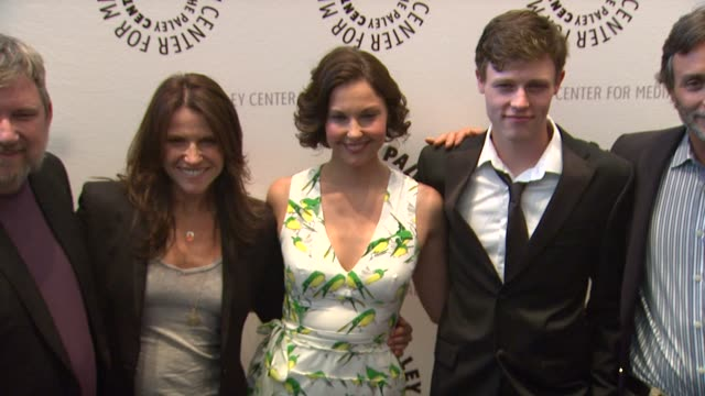 vídeos de stock, filmes e b-roll de gina matthews, ashley judd, nick eversman, grant scharbo at premiere screening and panel with new abc series missing on 4/10/12 in beverly hills, ca. - ashley judd