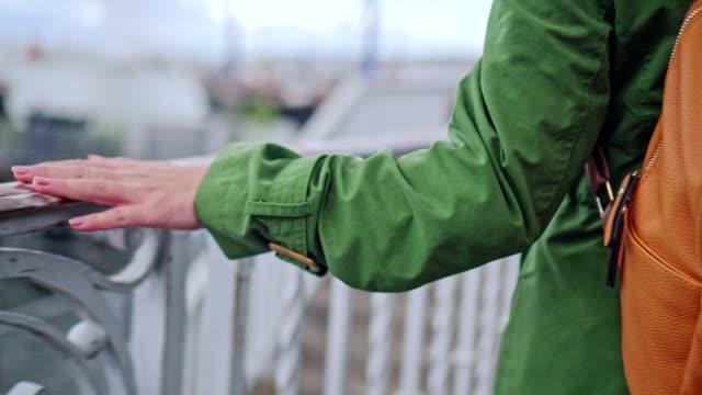 vídeos y material grabado en eventos de stock de mujer de jengibre caminando por el lago - valla límite