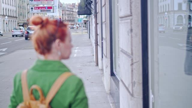 stockvideo's en b-roll-footage met gember vrouw venster winkelen - roodhoofd