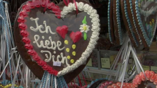 vidéos et rushes de cu gingerbread heart for sale, oktoberfest, munich, germany - culture allemande