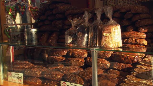 ms pan gingerbread (lebkuchen) stand at christkindlesmarkt / nuremberg, bavaria, germany - nuremberg stock videos & royalty-free footage