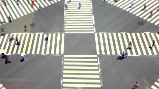 vídeos de stock e filmes b-roll de ginza pedestrian crossing in tokyo / tilt-shift - ginza