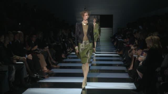 vídeos de stock, filmes e b-roll de giorgio armani prive haute couture paris s/s 2012 on january 24 2012 in paris france - giorgio armani marca de moda