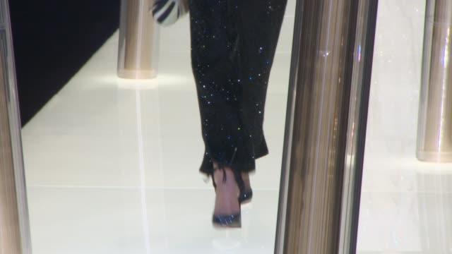 vídeos de stock, filmes e b-roll de runway giorgio armani prive haute couture ss 2015on january 27 2015 in paris france - giorgio armani marca de moda