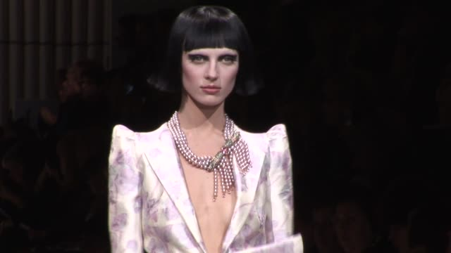vídeos de stock, filmes e b-roll de giorgio armani prive paris haute couture at paris - giorgio armani marca de moda
