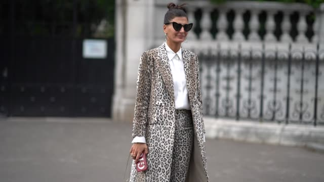 vídeos y material grabado en eventos de stock de giovanna battaglia wears sunglasses, a white shirt, a leopard print coat, leopard print pants, white moccasins, outside the dries van noten show,... - camiseta