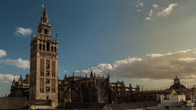 vídeos de stock e filmes b-roll de giralda cathedral in seville spain with clouds sunset timelapse 2 - catedral