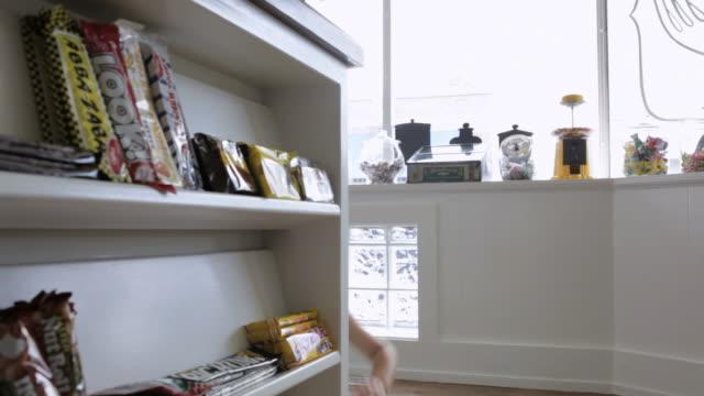 vídeos y material grabado en eventos de stock de ms girl 2-3 playing in candy stores / minneapolis, minnesota, usa - echar un vistazo