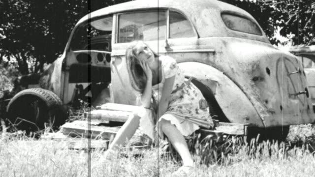 Ragazza e una vecchia auto
