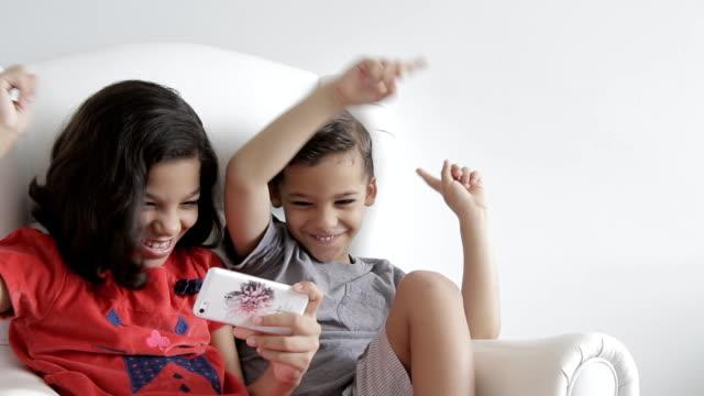 vidéos et rushes de fille et garçon à l'écoute de la musique sur mobile - création animale