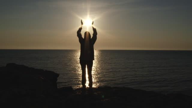 vidéos et rushes de fille et le soleil - prier