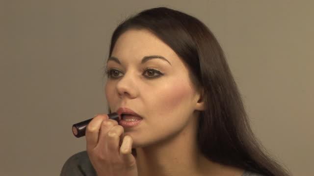 Mädchen Auftragen von Make-up (Lippenstift HD & PAL