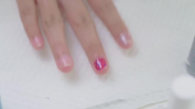 家にいる間に自分で爪を塗る女の子、ライフスタイルのコンセプト。 - マニキュア液点の映像素材/bロール