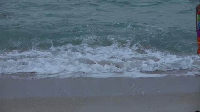 girl のビーチ - タオルにくるまる点の映像素材/bロール