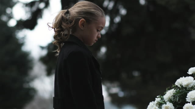 girl at a funeral - begräbnis stock-videos und b-roll-filmmaterial