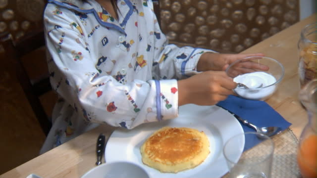 stockvideo's en b-roll-footage met ms girl at breakfast table squeezing lemon on pancake and spooning sugar all over it/ rome, italy - suikerpot