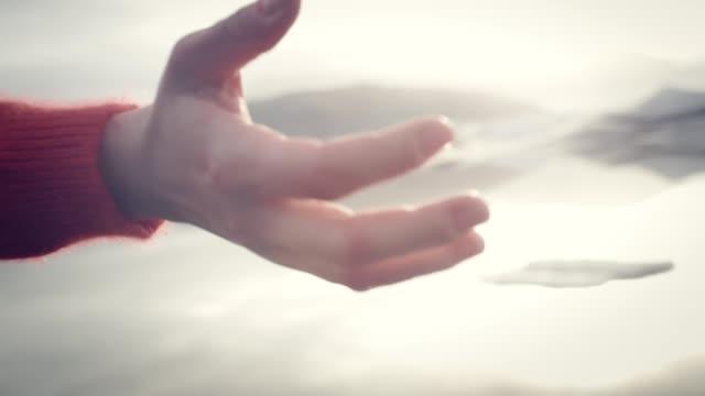 flicka på glacier lagoon. öppna armar vid solnedgången - tonad bild bildbanksvideor och videomaterial från bakom kulisserna
