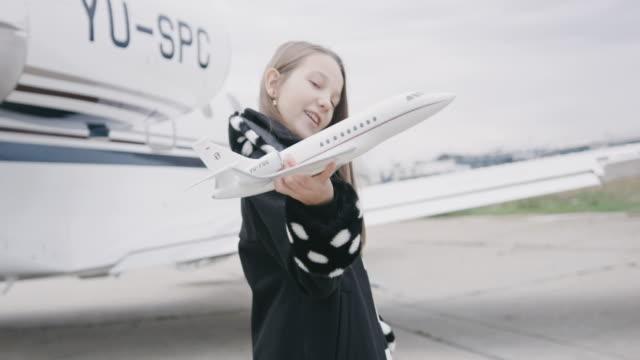 vídeos de stock, filmes e b-roll de garota no aeroporto - brinquedo
