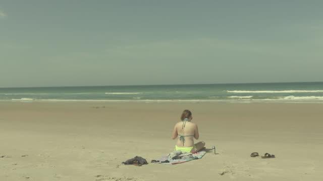 girl at the beach - asciugamano video stock e b–roll