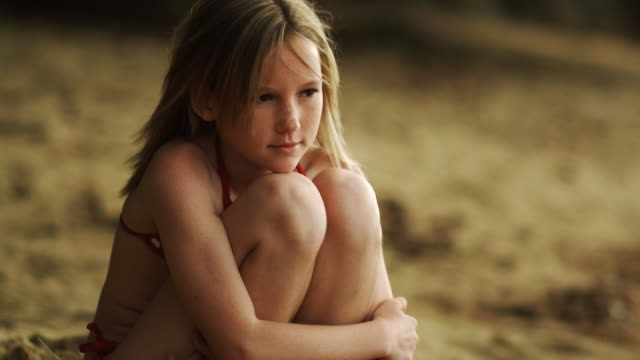 girl at the beach - mädchen stock-videos und b-roll-filmmaterial