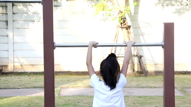 stockvideo's en b-roll-footage met meisje tegoeden lichaam op balk - oefenen