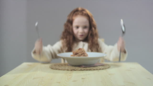 girl banging knife and fork on table, zoom in - unfug stock-videos und b-roll-filmmaterial