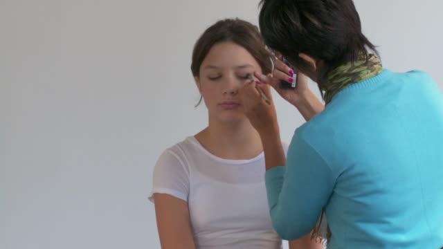 stockvideo's en b-roll-footage met t/l, ms, girl (12-13) being prepared to photo shoot - 12 13 jaar