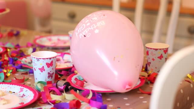 vídeos de stock, filmes e b-roll de girl birthday cake and ballons - balão decoração