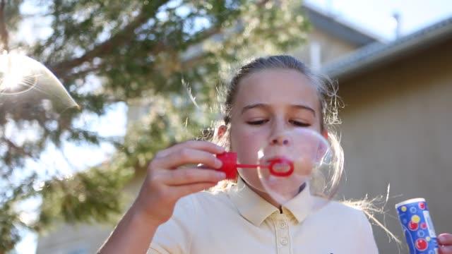 girl blowing bubble - 10 11 år bildbanksvideor och videomaterial från bakom kulisserna