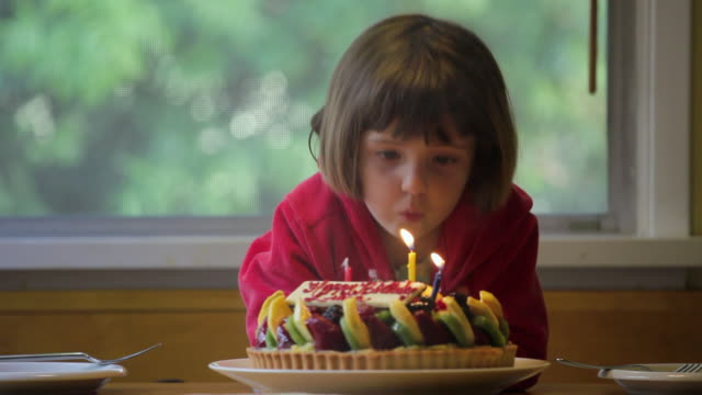 vídeos de stock e filmes b-roll de ms girl (2-3) blowing candles on birthday cake, los angeles, california, usa - soprar