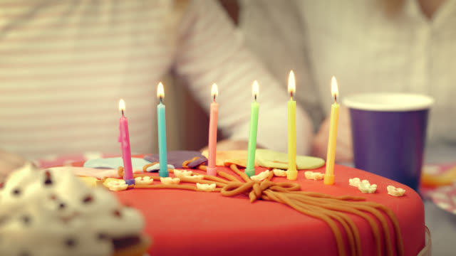 vídeos y material grabado en eventos de stock de chica soplar las velas en una torta de cumpleaños - luz de vela