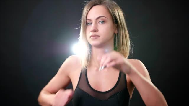 mädchen-boxer stanzen in zeitlupe - faustschlag stock-videos und b-roll-filmmaterial