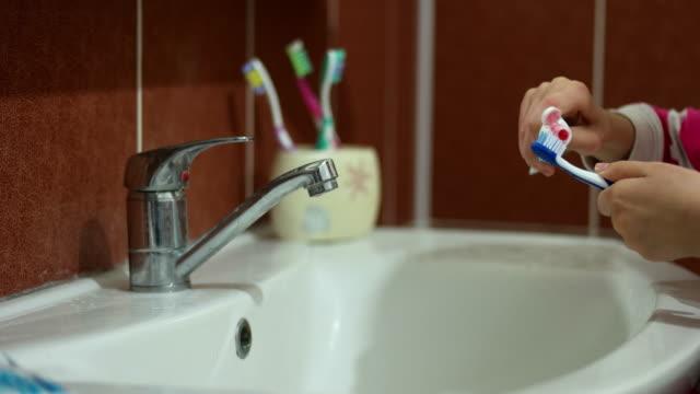 Mädchen Zähneputzen am Waschbecken im Bad