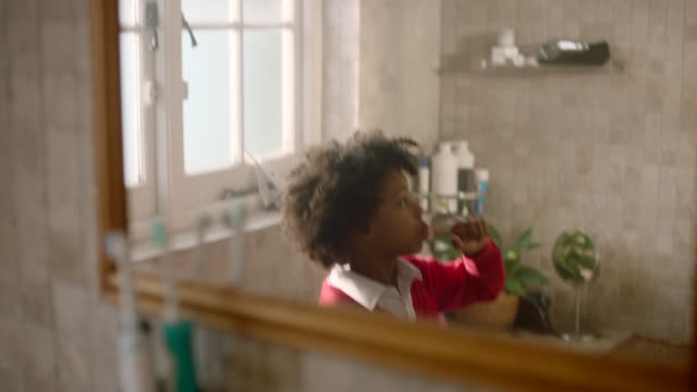 vídeos de stock, filmes e b-roll de girl brushing teeth - escovar dentes