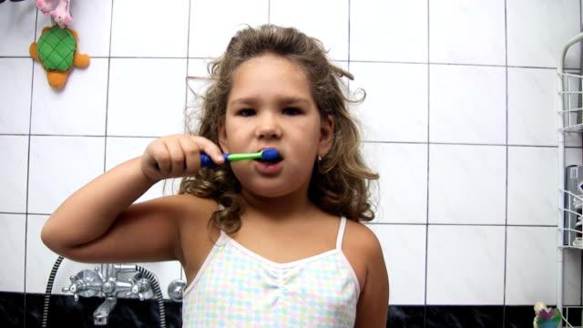 mädchen bürsten zähne (hd - zahnbürste stock-videos und b-roll-filmmaterial