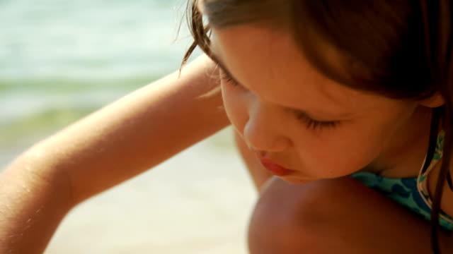 girl building a sand castle at seaside - endast flickor bildbanksvideor och videomaterial från bakom kulisserna