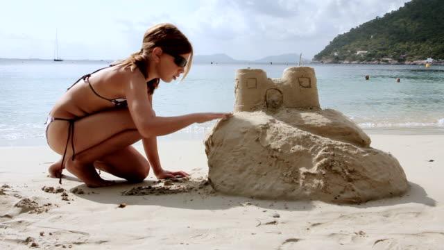 ms girl building sand castle at beach / mallorca, balearic islands, spain - kind vor der pubertät stock-videos und b-roll-filmmaterial