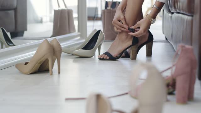 vídeos de stock e filmes b-roll de a girl can never have too much shoes - viciado em compras