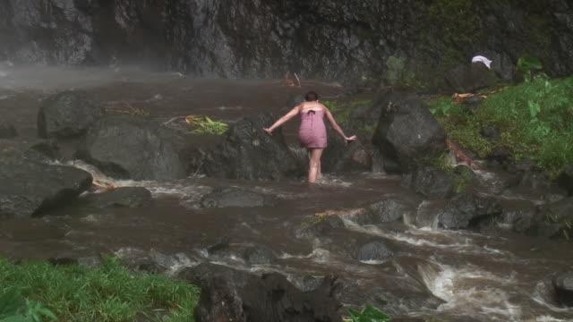 vidéos et rushes de fille crossing eaux de pluie en haute définition - french overseas territory