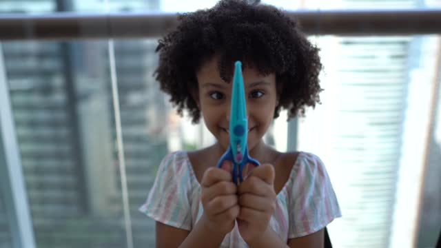 vídeos de stock e filmes b-roll de girl cutting paper at home - craft