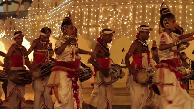 stockvideo's en b-roll-footage met ms girl dancers and drummers taking part in buddhist festival or procession 'esala perahera' in front of 'temple of tooth' audio / kandy, central province, sri lanka - sri lankaanse cultuur