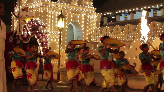 stockvideo's en b-roll-footage met ms girl dancers and elephant taking part in buddhist festival or procession 'esala perahera' in front of 'temple of tooth' audio / kandy, central province, sri lanka - sri lankaanse cultuur