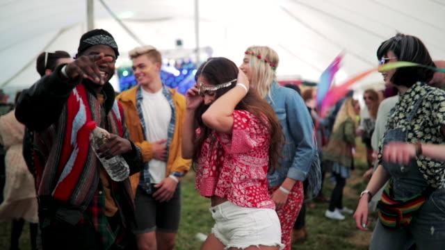 祭りの人出で踊っている女の子 - パーティー点の映像素材/bロール