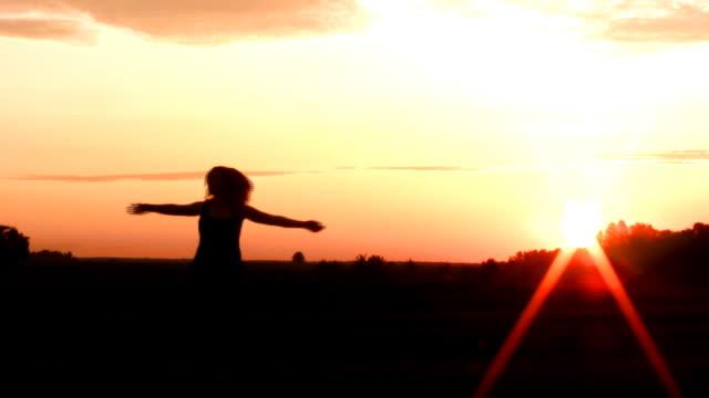 vídeos y material grabado en eventos de stock de chica bailando en el prado (008 - brazo humano