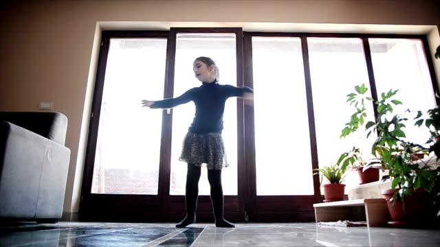 mädchen tanzen auf dem zimmer. - ballett stock-videos und b-roll-filmmaterial