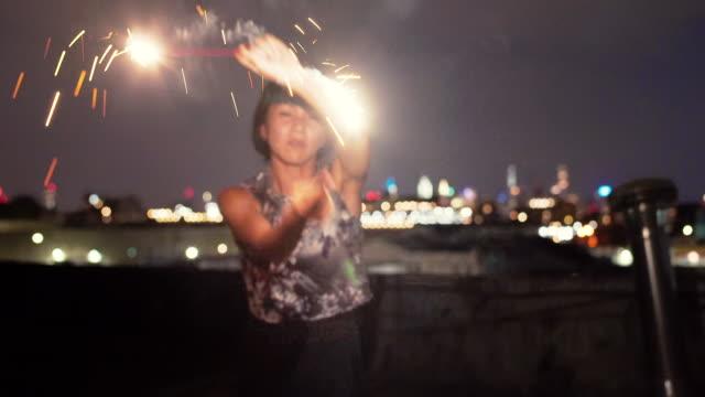 屋上で踊る少女 - 4k - 連写撮影点の映像素材/bロール
